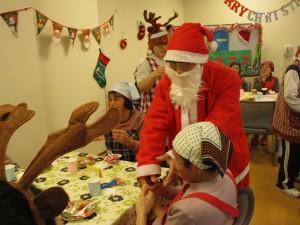 クリスマス会では、入居者扮するサンタクロースからプレゼントが配られました。
